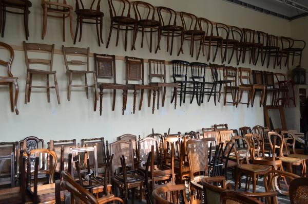 Stühle an der Wand